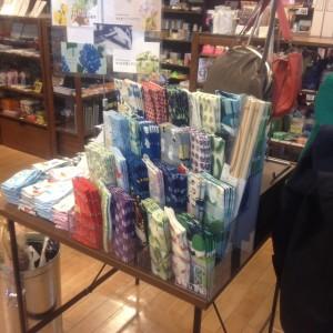 らくだ書店本店2階雑貨コーナーでは色とりどりな手ぬぐいを取りそろえています。